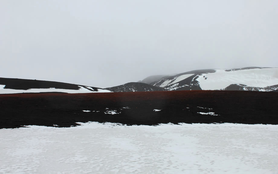 L'Askja è il vulcano più alto d'Islanda con i suoi 1510 m. La caldera principale del vulcano è occupata dal lago Öskjuvatn. In una caldera minore, invece, si trova lago Viti;