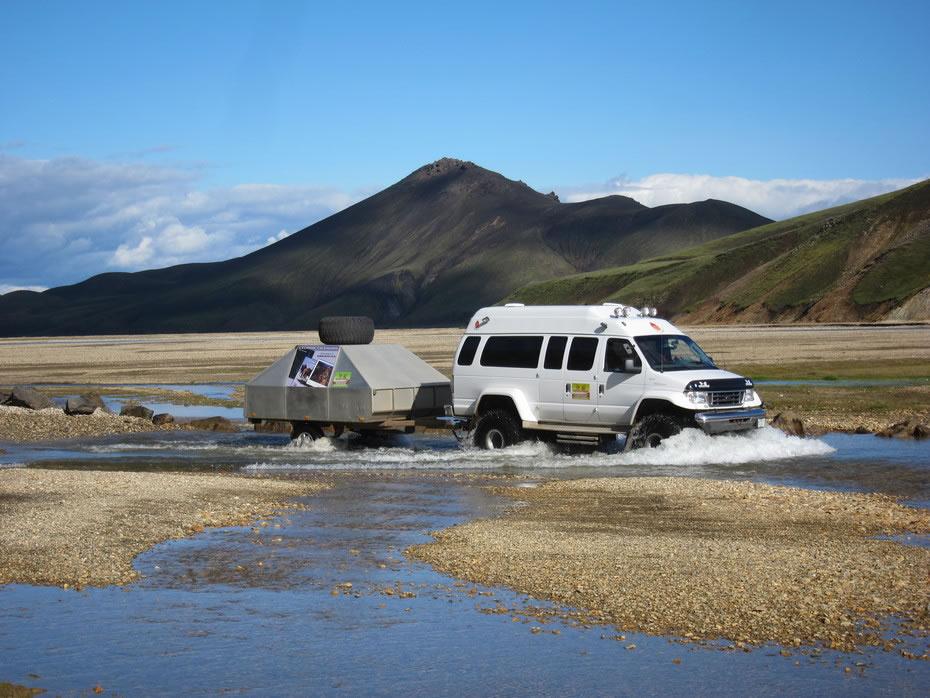 guadare un fiume islandese con la jeep