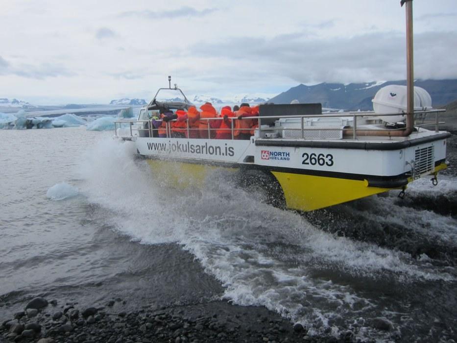 mezzo anfibio sulla laguna glaciale