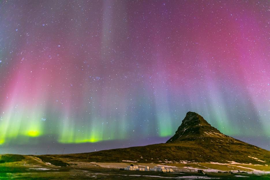 la montagna di Kirkjufell con aurora boreale