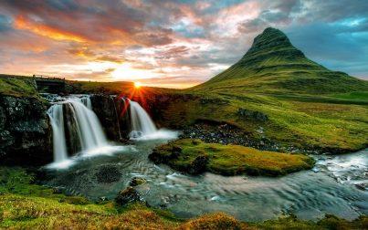 alba sulla montagna di Kirkjufell in Islanda