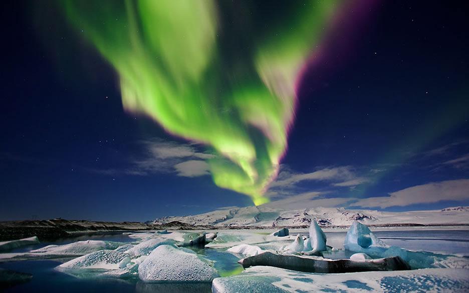 aurora boreale con paesaggio invernale