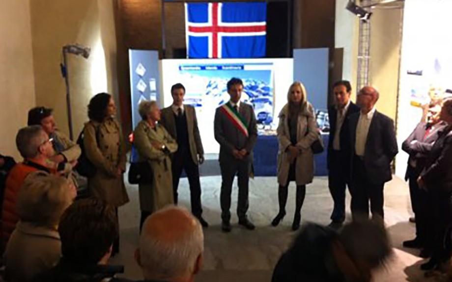 console islandese presenzia alla mostra