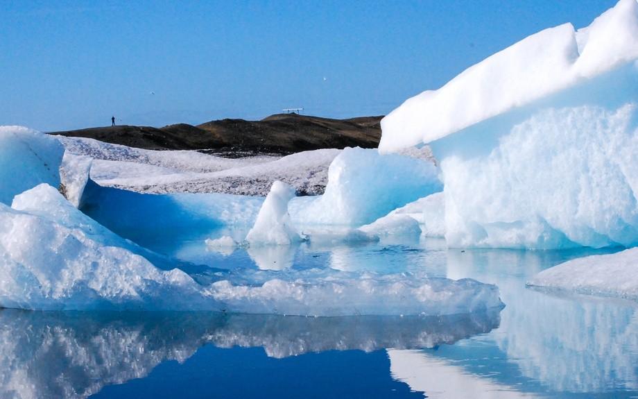 iceberg nella laguna glaciale