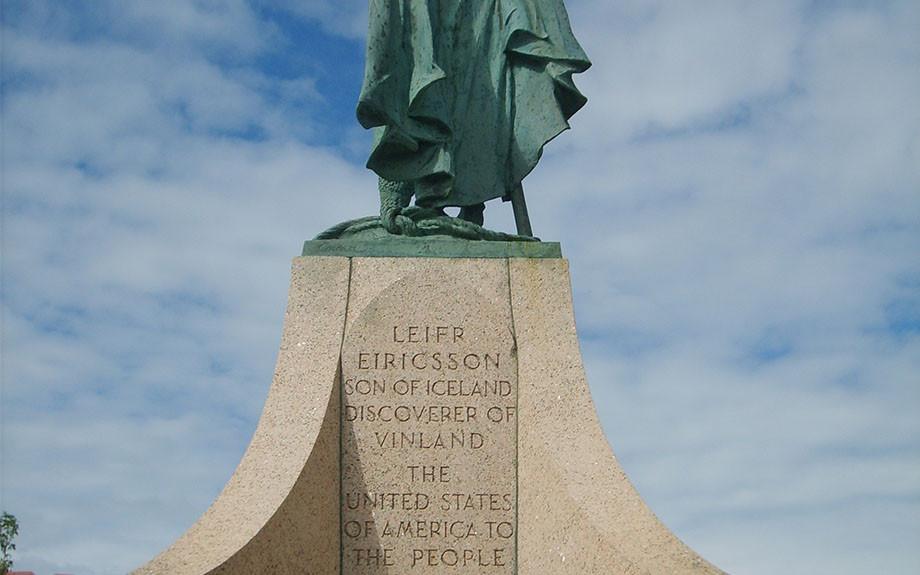 iscrizione sul piedistallo della statua di Leif Erikson - Ph di Paolo B.