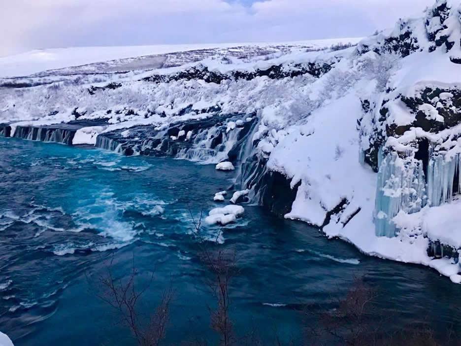 la cascata ghiacciata di hraunfossar