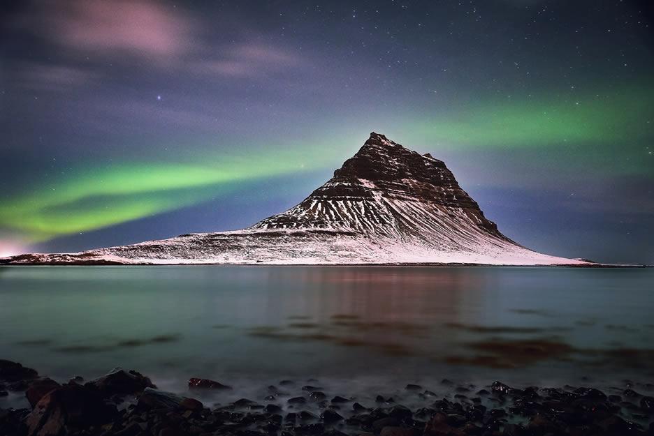 la montagna di Kirkjufell con le aurore boreali