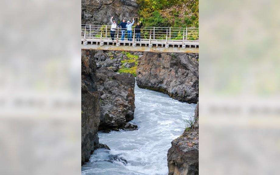 ponte sulla cascata di Barnafoss